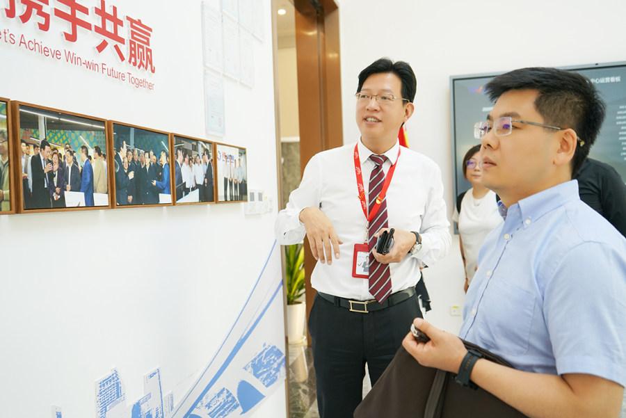 上海徐汇区社工委一行赴佩信集团调研党建业务双融合创新