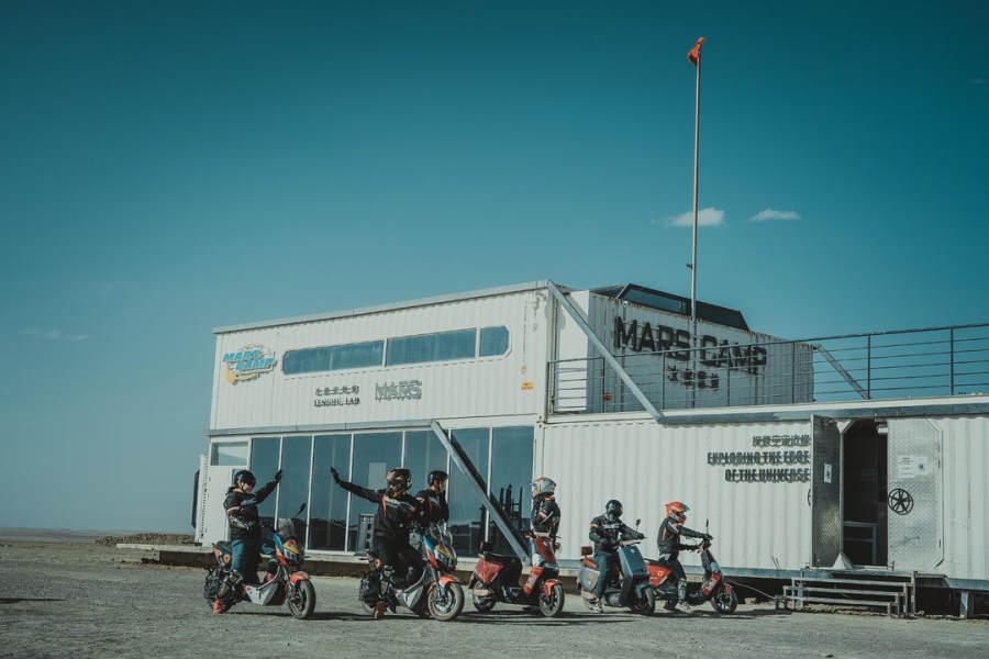 硬核实力引领电动车行业,雅迪冠能2.0穿越雅丹火星营地